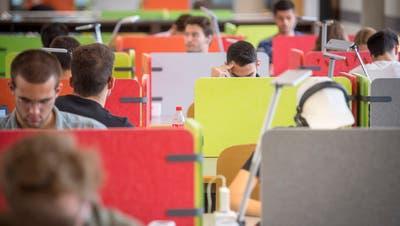 Auf zwei Lernplätze kommen drei Studierende: An der HSG herrscht Raumnot. Ein Erweiterungsbau soll Abhilfe schaffen.
