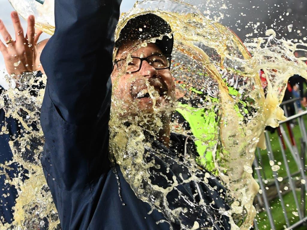 Bierdusche für den Meister: Urs Fischer erhält den «Lohn» für die tolle Arbeit (Bild: KEYSTONE/DPA/JÖRG CARSTENSEN)