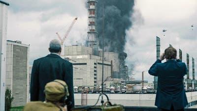 Rauchschwaden über dem explodierten Reaktorblock 4 des Atomkraftwerks in Tschernobyl in der Serie «Chernobyl». Bild: HBO/Sky