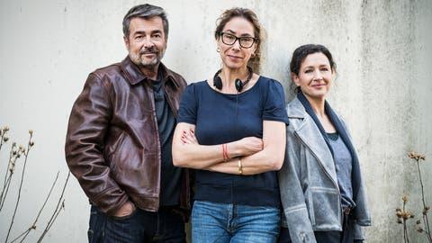 Das Tatort-Ermittlerduo Stefan Gubser und Delia Mayer (rechts) sowie Regisseurin Katalin Gödrös. (Bild: Daniel Winkler / SRF)
