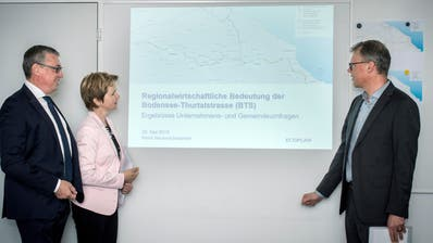 Da führt die Strasse durch: IHK-Vizepräsident Beat Hirt, Ständerätin Brigitte Häberli und René Neuenschwander von Ecoplan. (Bild: Reto Martin)
