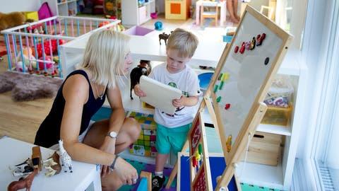 Kita Gummistifu in Ennetmoos, Mueterschwandenberg hat seit einer Woche geöffnet. Im Bild links Laura Muhmenthaler mit Lejan und hinten Desirée Müller. Kindertagesstätte, Kinderbetreuung.
