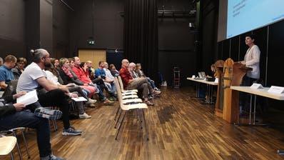 Schulpräsidentin Isabelle Wepfer leitet durch die Versammlung. (Bild: Martina Eggenberger)