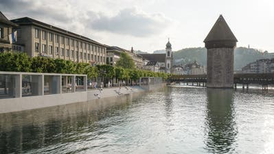 So stellen sich die Initianten des Veloparkings unter der Reuss das Ufer an der Bahnhofstrasse künftig vor – im Betonkubus linksfänden Lift und Treppen Platz. (Visualisierung: PD)