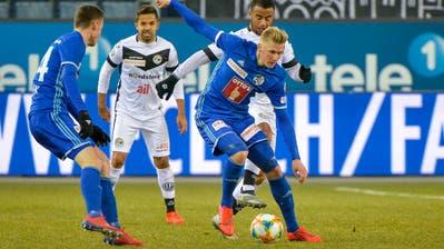Im Duell zwischen Luzern (vorne Marvin Schulz) und Lugano (Carlinhos Junior) geht es um die Europa League - und um die Barrage.(Bild: Martin Meienberger/Freshfocus, Luzern, 16. Februar 2019)