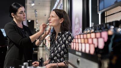 Ist meinHautuntertonkalt oder warm? Make-up-Artistin Valbona Mehmedi berät Redaktorin Susanne Holz. (Bild: Boris Bürgisser)