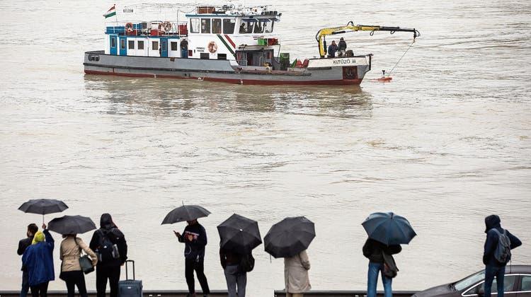 Gestern kam bei der Suche nach dem gesunkenen Boot auch ein Rettungsschiff mit Sonargerät zum Einsatz. (Bild: Balazs Mohai/EPA; Budapest)