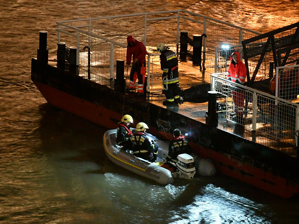 Taucher suchen im rund 15 Grad kalten Wasser der Donau nach Vermissten. (Bild: KEYSTONE/AP MTI/ZSOLT SZIGETVARY)