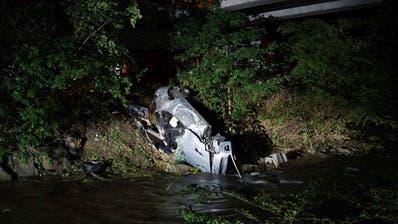 Das Fahrzeug kam am Lorzenufer zu liegen. Der Lenker zog sich dabei tödliche Verletzungen zu. (Bild: Zuger Polizei, Baar, 30. Mai 2019)