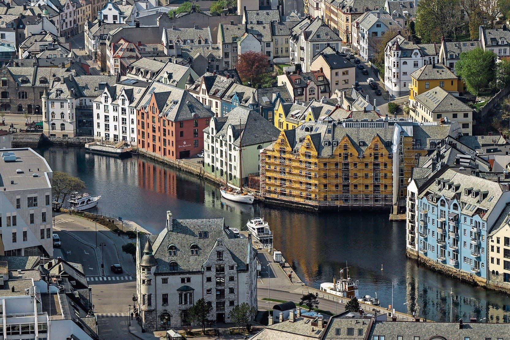 In der Hafenstadt Ålesund gibt es schöne Jugendstilarchitektur zu sehen.