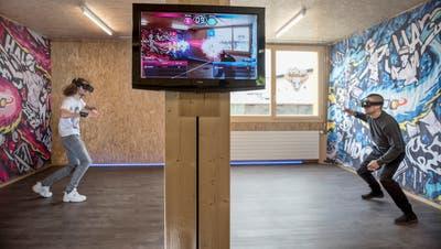 Die Spieler sind echt, der Ball fliegt aber nur auf dem Bildschirm: Das E-Sport-Zimmer von Epikk auf dem Güterbahnhof-Areal. (Bild: Adriana Ortíz Cardozo)