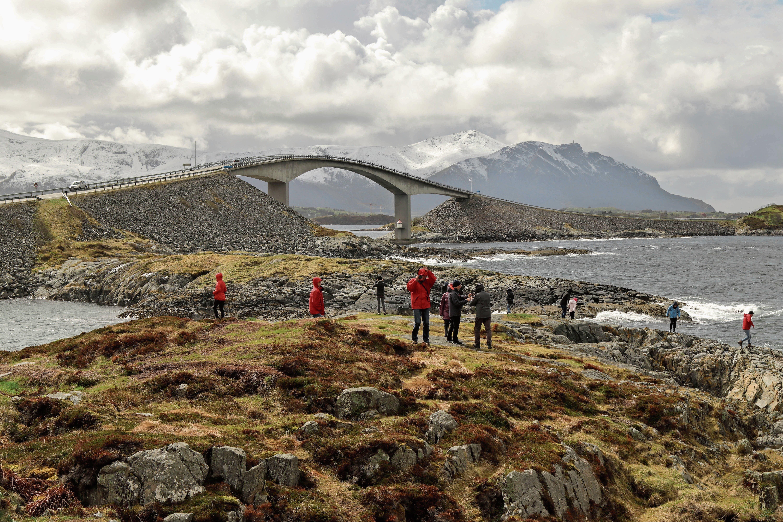 Die Atlantikstrasse schwingt sich über sieben Brücken von Insel zu Insel. (Bilder: Kai-Uwe Schneemann)