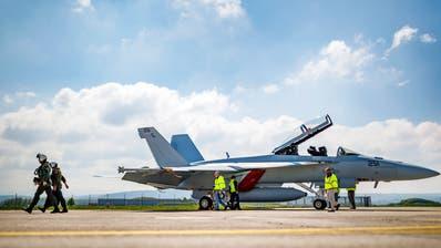 Ein Kampfjet des Modells Boeing F/A-18 Super Hornet nach einem Testflug auf dem Militärflugplatz Payerne. Bild:  Valentin Flauraud/Keystone (30. April 2019)