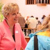Kirchenpräsidentin Claudia Schindler spricht während des anschliessenden Spaghettiplauschs mit einer Kirchbürgerin. (Bild: Barbara Hettich)