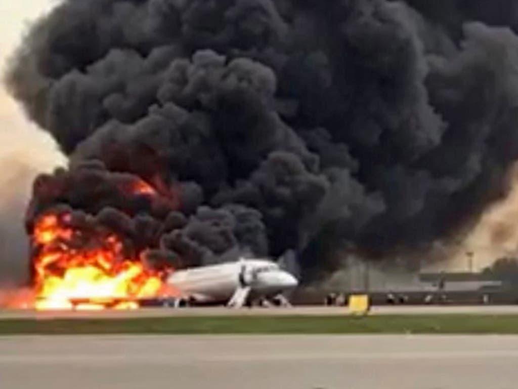 Ein russisches Passagierflugzeug hat kurz nach dem Start Feuer gefangen und steht nach einer Notlandung voll in Flammen. (Bild: KEYSTONE/EPA SLEDCOM.RU/RUSSIAN INVESTIGATIVE COMMITTEE / HANDOU)