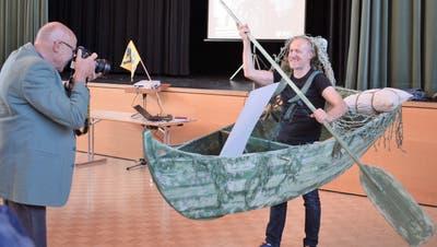 Andreas Lutz hat mit seiner Rolle als Wassergeist mit Boot sichtlich Spass. (Maria Keller)