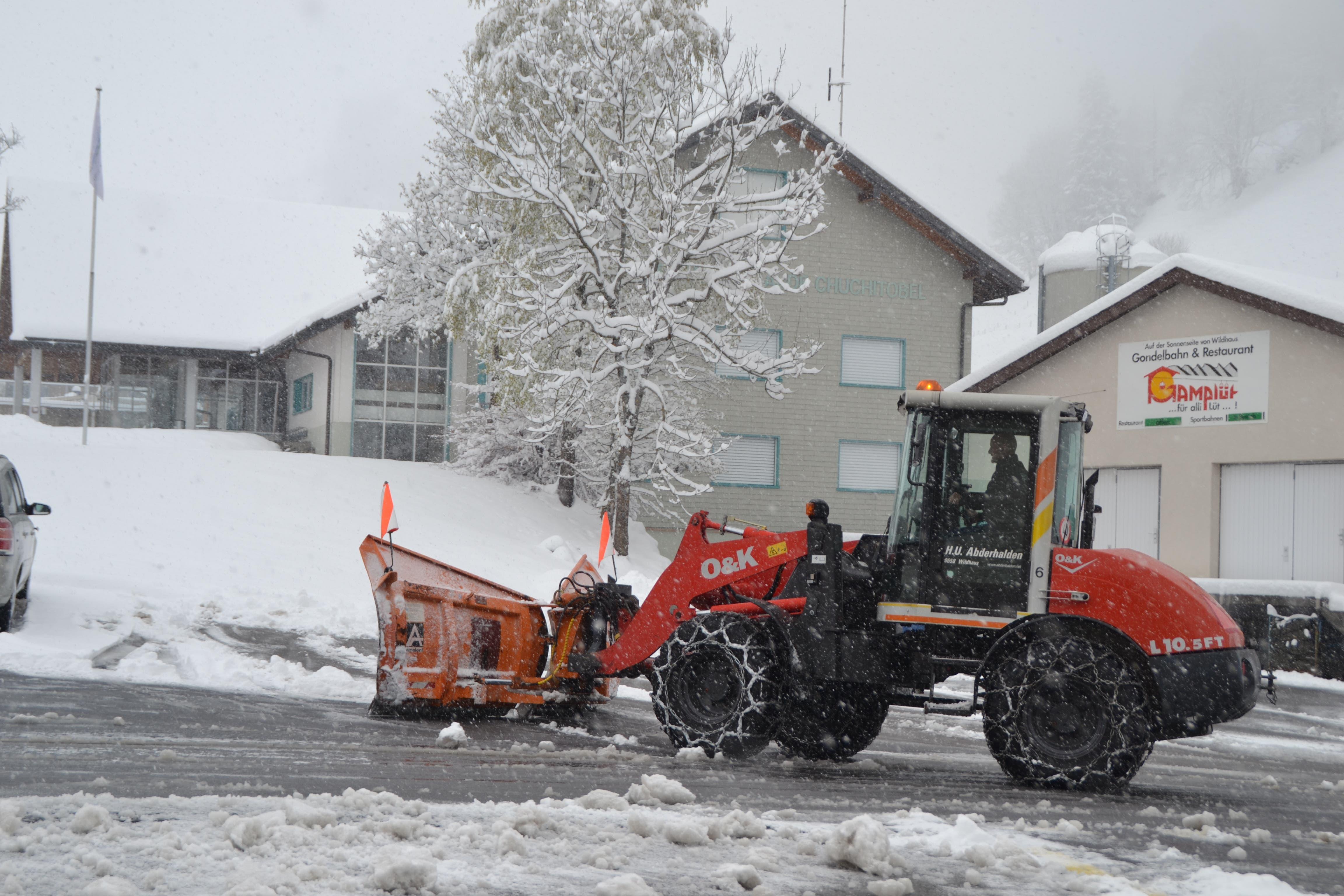 Der Schneepflug im Einsatz beim Mehrzweckgebäude Chuchitobel. (Bild: Adi Lippuner)