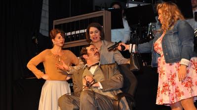 «9 to 5» – ein Musical um einen schmierigen, sexistischen und verlogenen Chef (Philipp Guldimann), dessen Angestellten (Sibylle Küng, Leandra Wiesli, Yara Schmitter) sich nicht länger von ihm ausnützen lassen wollen. (Bild: Zita Meienhofer)