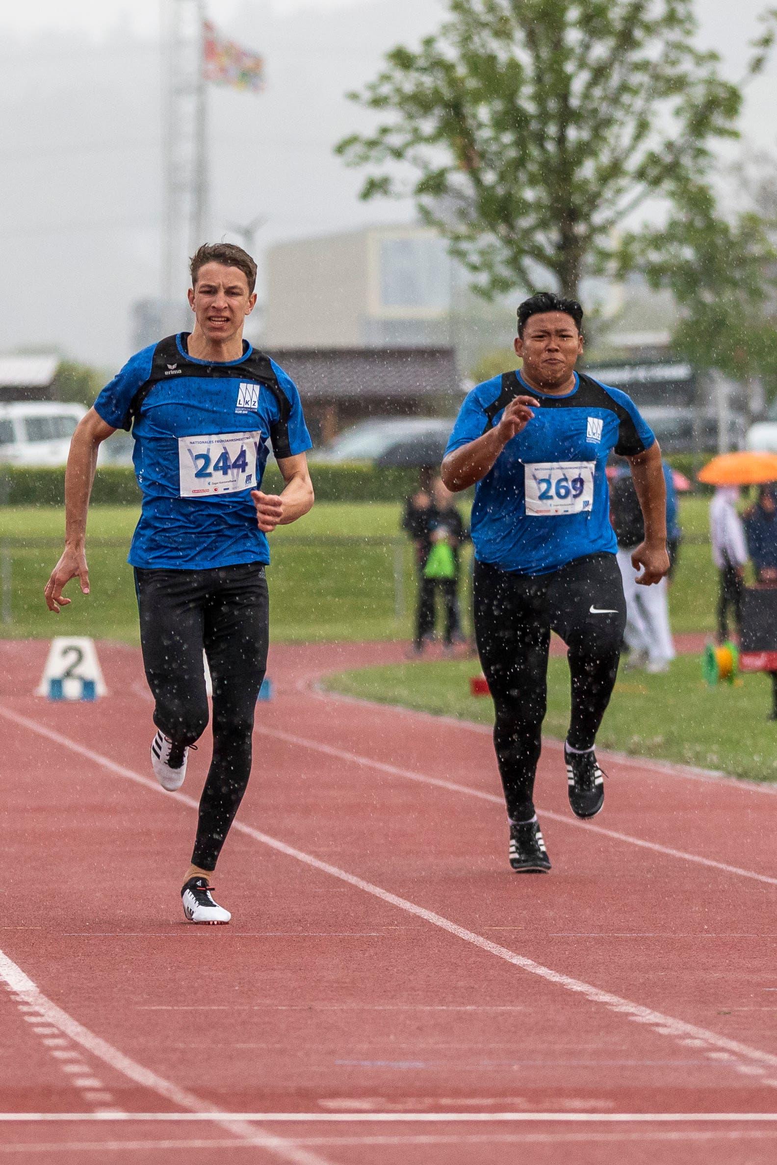 Cyril Amrhein (links) und Jon Paul de Vera (rechts, beide LK Zug), am Nationalen Frühjahrsmeeting auf der Leichtathletik-Anlage Allmend in Zug. (Bild: Patrick Hürlimann, Zug, 4. Mai 2019)