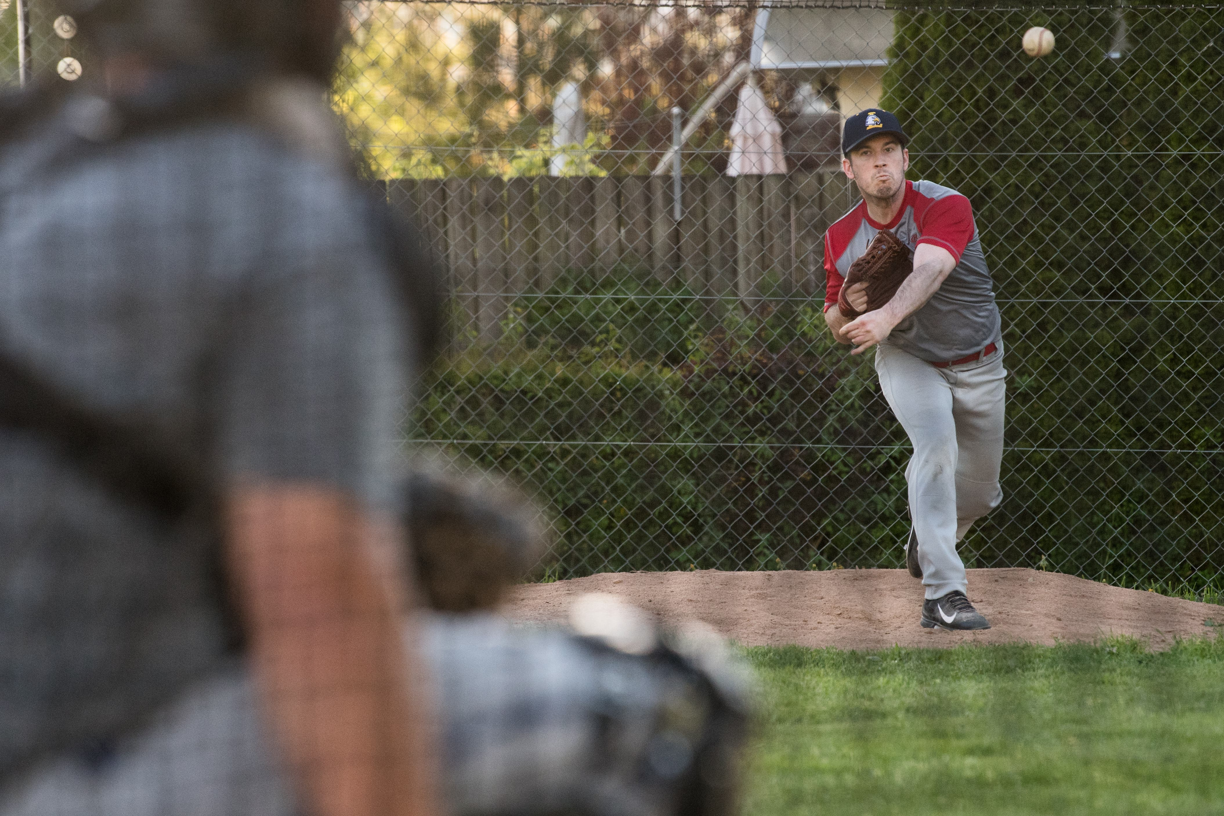 Pitcher Ryan Byrne wirft einen Fastball zum Catcher. Bild: Boris Bürgisser (Luzern, 25. April 2019)