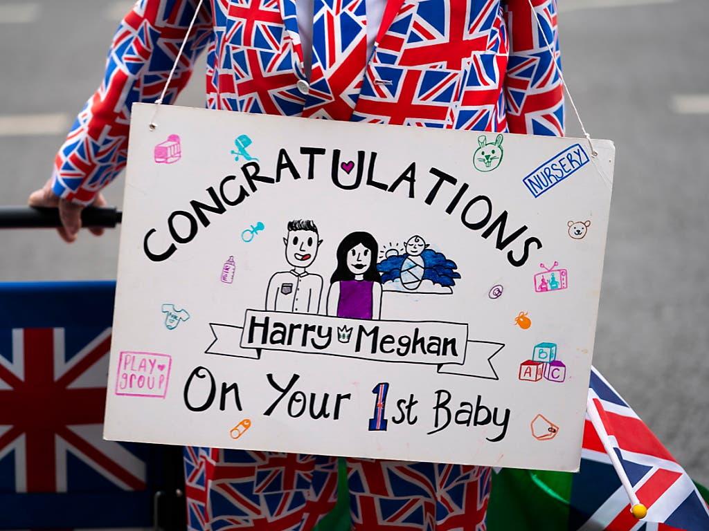 Die Royal-Fans freuen sich über die Geburt des neusten Babys des Königshauses. (Bild: KEYSTONE/EPA/WILL OLIVER)