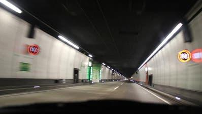 Car überholt Auto im Seelisbergtunnel trotz Gegenverkehr
