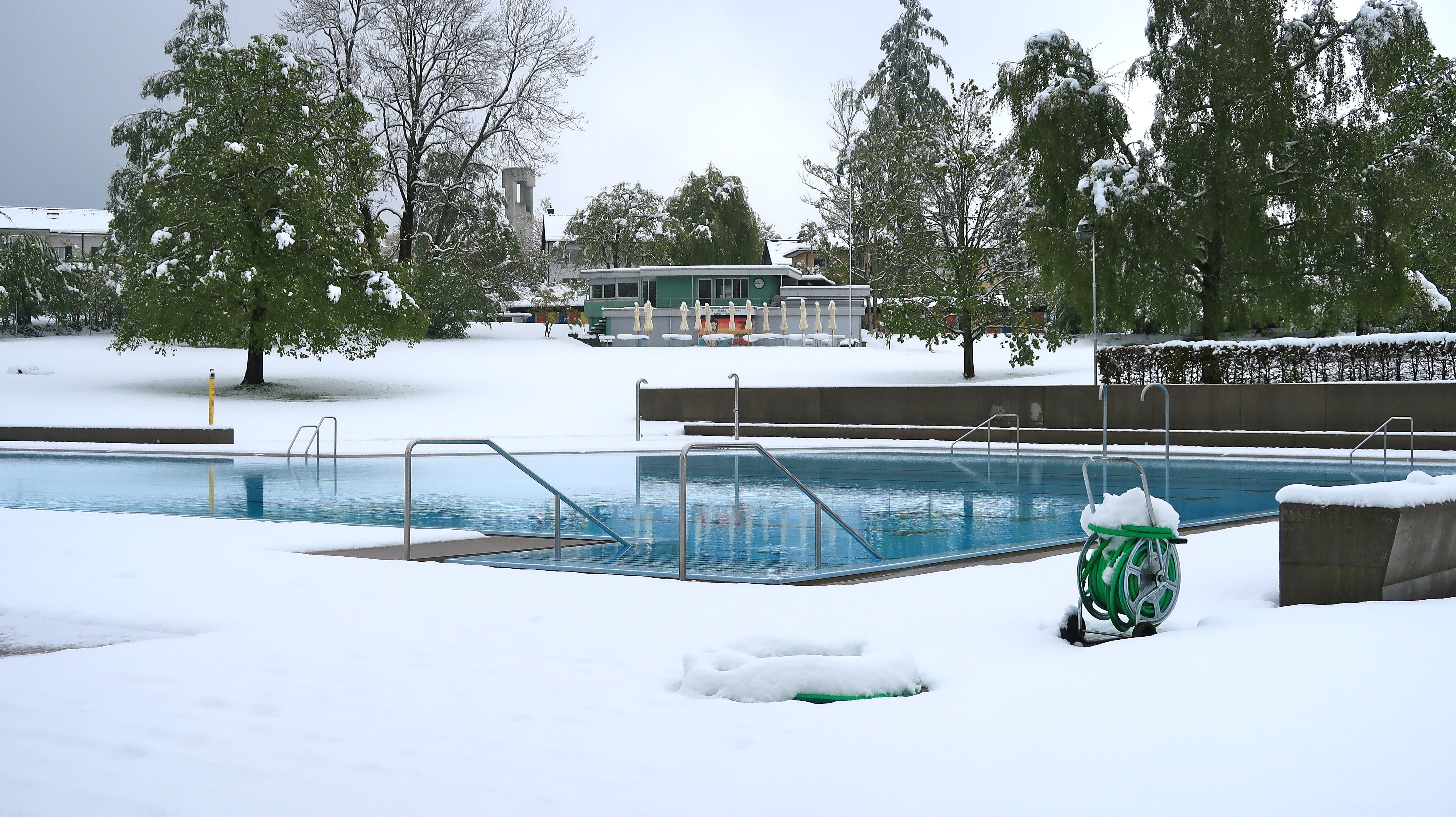 Freibad Rotmonten: Am vergangenen Sonntag liegt dort, wo sich am kommenden Wochenende Badegäste tummeln sollten noch Schnee. (Bild: Jakob Hagmann - 5. Mai 2019)