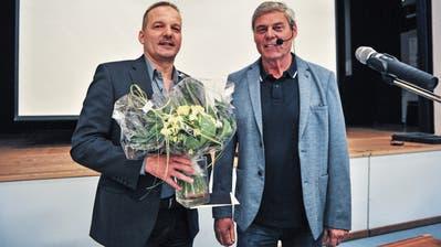 Der abtretende Gemeinderat Arthur Hascher erhält von Gemeindepräsident Fritz Locher einen Blumenstrauss. (Bild: Olaf Kühne)