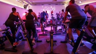 Spinning-Gruppe trainiert in einem Fitness Center in Genf. Die Romands fühlen sich körperlich weniger fit als die Deutschschweizer(Bild: Salvatore Di Nolfi, Keystone)