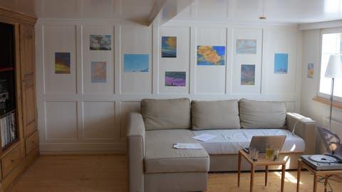 Die Bilderserie «Idylle und Wolken» von Harlis Schweizer im «Phantastischen Zimmer» in Bühler. (Bilder: Claudio Weder)