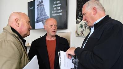 Autor Alfons Bieger (rechts im Bild) mit dem Buch «Das Schlössliareal» unterhält sich mit Museumsbesuchern. (Bild: Yvonne Aldrovandi-Schläpfer)