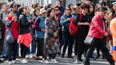 Asiatische Touristen auf dem Schwanenplatz in der Stadt Luzern. (Bild: Eveline Beerkircher, Luzern, 2. Mai 2019)
