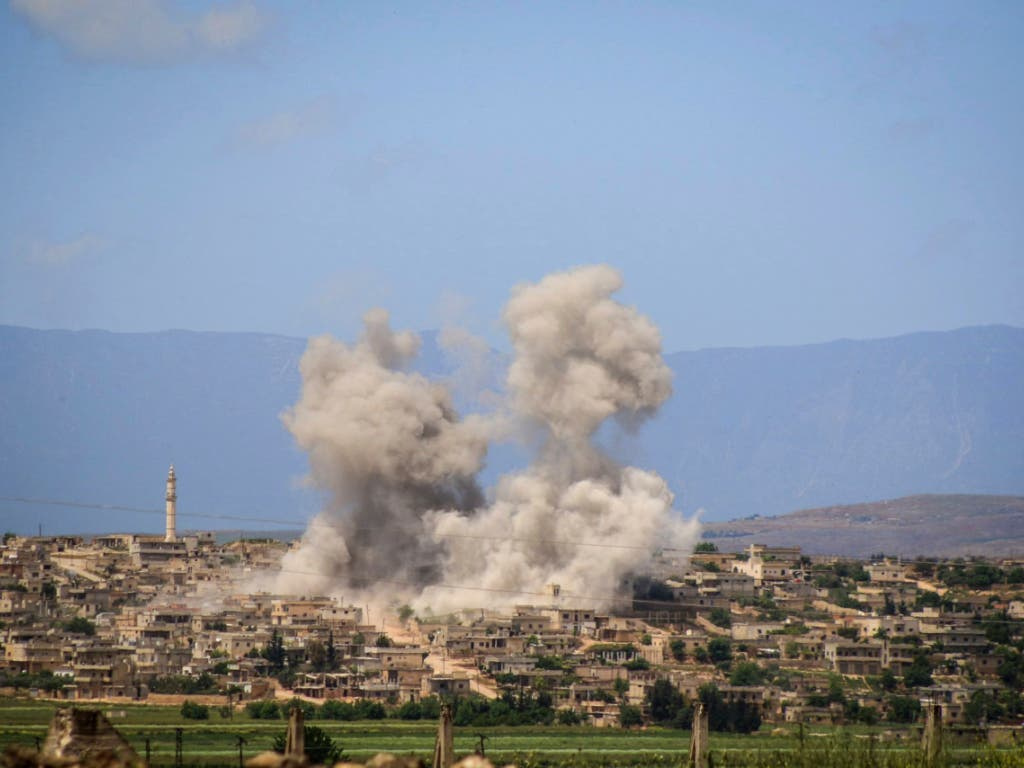 Nach Luftangriffen der syrischen Regierung und Russlands: Rauch über der Stadt Habit im Süden der Provinz Idlib. (Bild vom 3. Mai) (Bild: KEYSTONE/AP Syrian Civil Defense White Helmets/UNCREDITED)