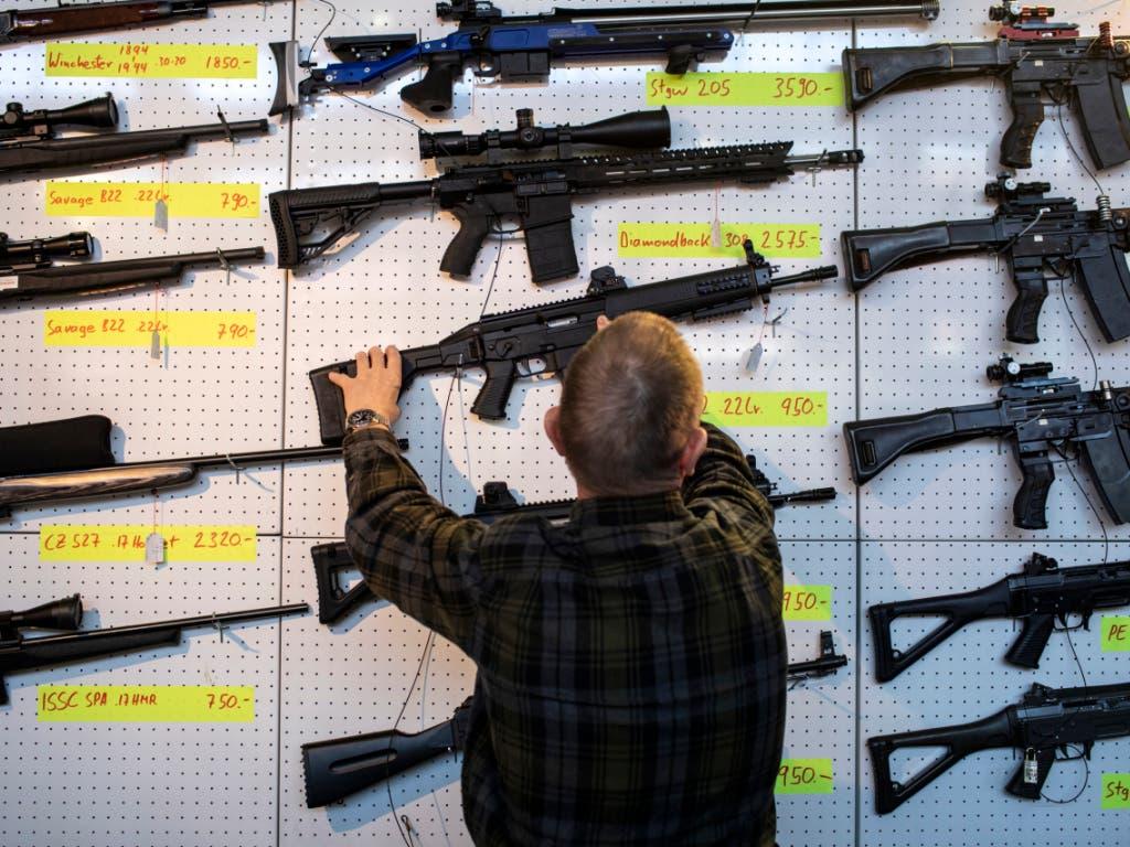 Das neue EU-Waffenrecht dürfte vom Schweizer Stimmvolk angenommen werden. Das zeigen Umfragen. (Bild: KEYSTONE/ALEXANDRA WEY)