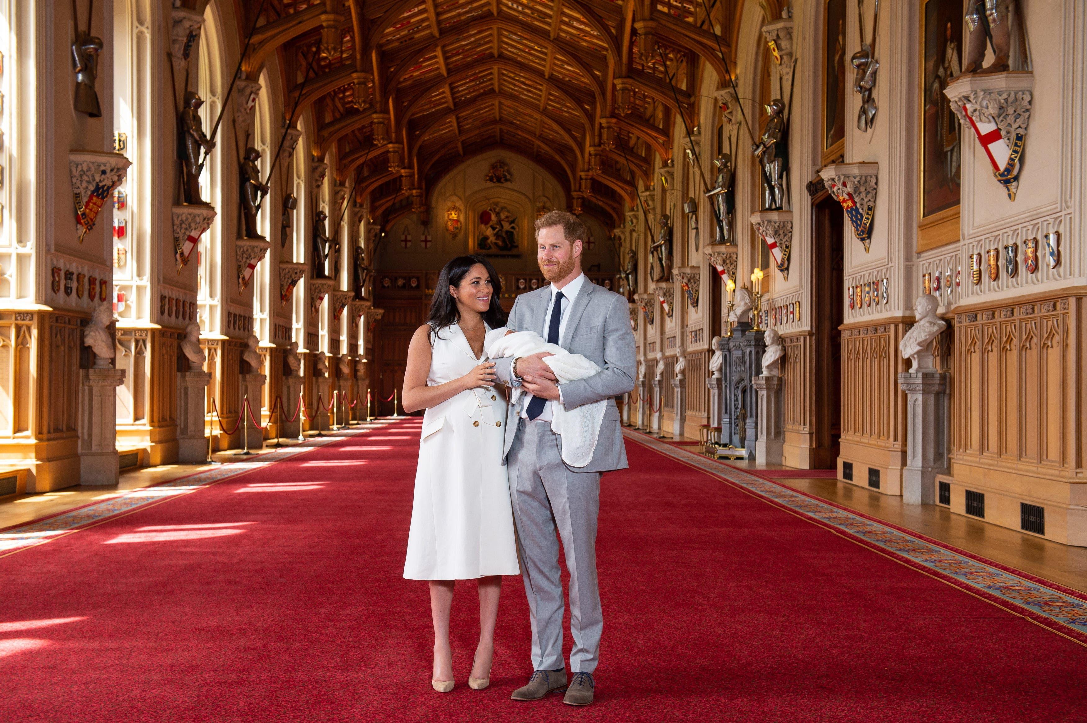 Prinz Harry (rechts) und die Herzogin von Sussex Meghan, zeigen ihr Baby zum ersten Mal der Öffentlichkeit. (Bild: EPA/Domic Lipinski, Windsor, 8. Mai 2019)