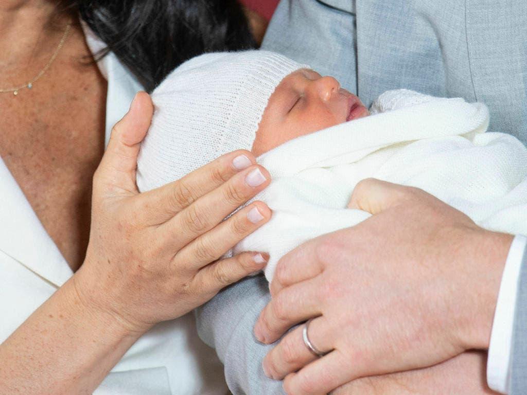 Archie, der Sohn von Prinz Harry und Herzogin Meghan» verschläft seinen ersten öffentlichen Auftritt. (Bild: KEYSTONE/AP PA Pool/DOMINIC LIPINSKI)