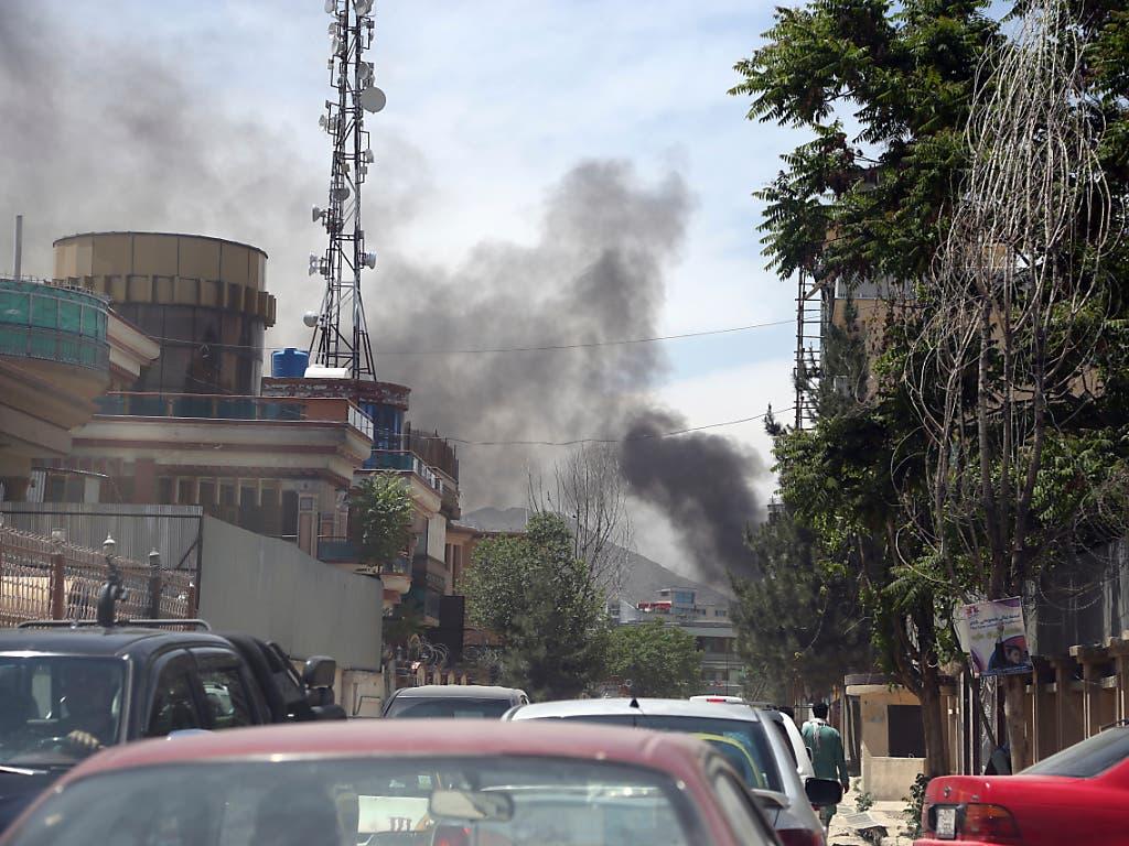 Nach einer Explosion bei der Einrichtung einer internationalen NGO steht eine Rauchsäule über der afghanischen Hauptstadt Kabul - die Taliban bekannten sich zu dem Angriff. (Bild: KEYSTONE/AP/RAHMAT GUL)