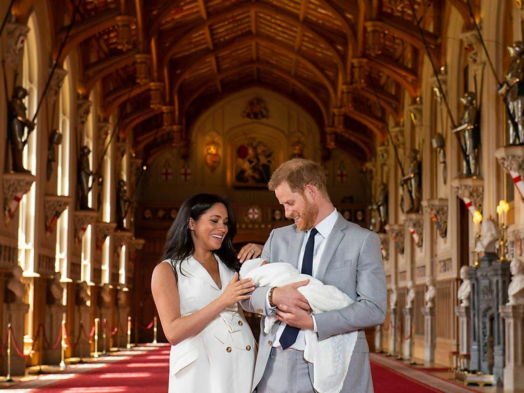 Die stolzen Eltern Prinz Harry und Herzogin Meghan präsentieren erstmals ihren neugeborenen Sohn. (Bild: KEYSTONE/AP PA Pool/DOMINIC LIPINSKI)