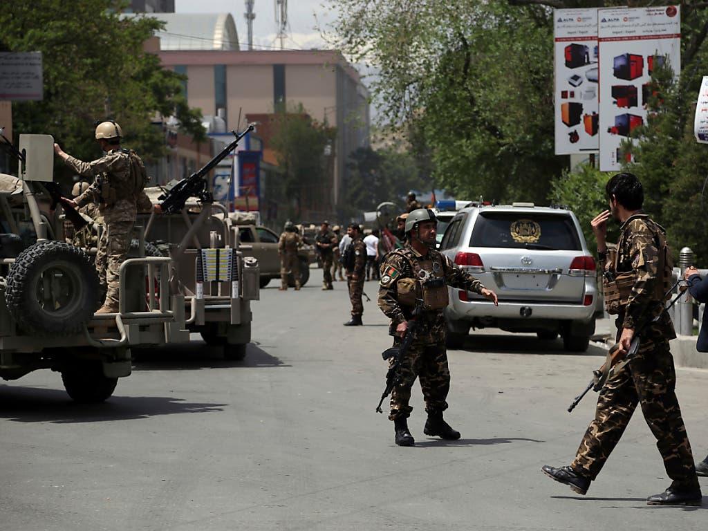 Nach einem Taliban-Angriff auf den Sitz einer Nichtregierungsorganisation in Kabul sichern Sicherheitskräfte die Umgebung ab. (Bild: KEYSTONE/AP/RAHMAT GUL)