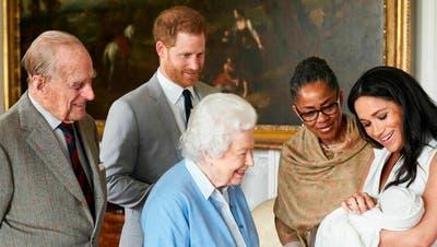 Herzogin Meghan und Prinz Harry stellen Queen Elisabeth II. und Prinz Philip im Windsor Schloss das neue Baby. Auch Meghans Mutter Doria Ragland ist aus den USA angereist.(Bild: Chris Allerton/SussexRoyal via AP)
