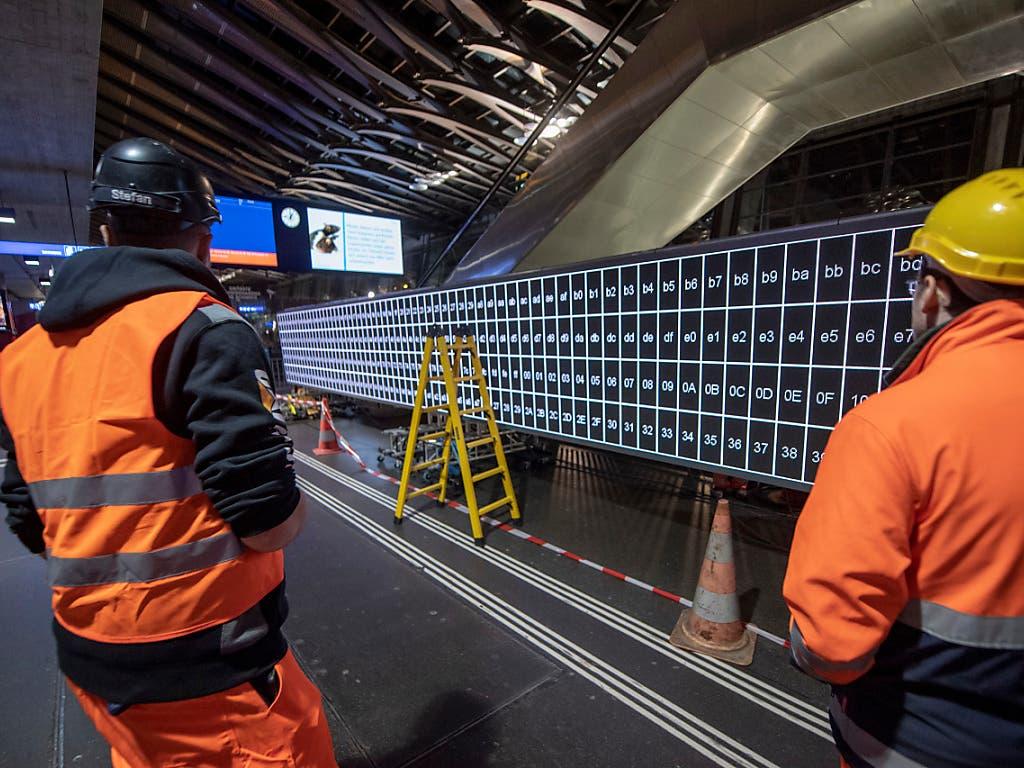 Die zehn Bildschirme werden zu einer 100 Meter langen Anzeigetafel zusammengebaut. (Bild: KEYSTONE/URS FLUEELER)