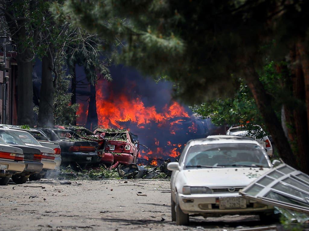 Flammen lodern nach einer heftigen Explosion bei einer Nichtregierungsorganisation in Kabul. Die Taliban bekannten sich zu dem Angriff. (Bild: KEYSTONE/EPA/HEDAYATULLAH AMID)