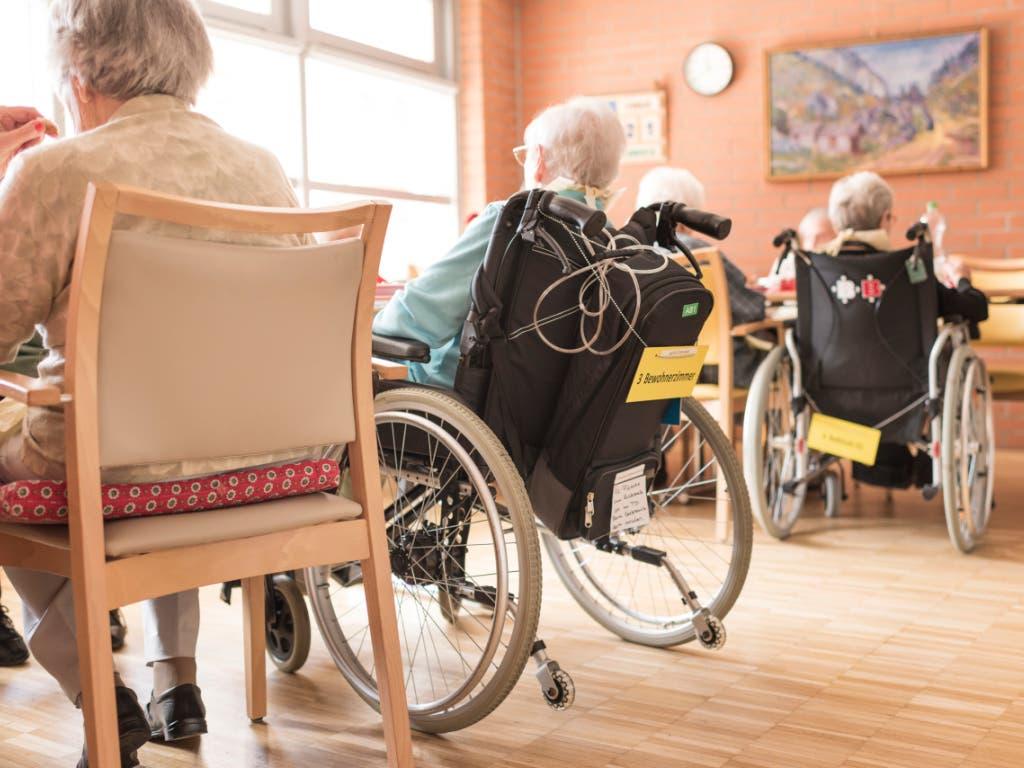 Die AHV-Reform, verknüpft mit der Steuervorlage, kommt auch bei älteren Menschen in der Schweiz gut an. Das zeigen Abstimmungsumfragen. (Bild: KEYSTONE/CHRISTIAN BEUTLER)