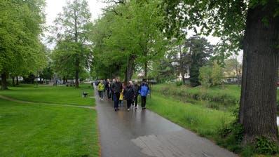 Abmarsch Richtung Kartause: Die Blutdruck-Walker im Lindenpark in Frauenfeld. (Bild: Stefan Hilzinger)