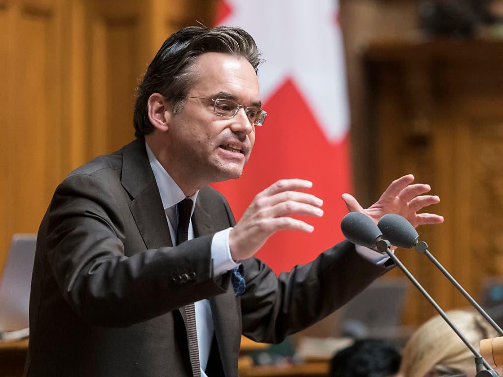 «Berechtigte Bedenken»: FDP-Sprecher Olivier Feller begründet im Nationalrat die Kehrtwende seiner Fraktion beim Versicherungsvertragsgesetz. (Bild: KEYSTONE/ALESSANDRO DELLA VALLE)