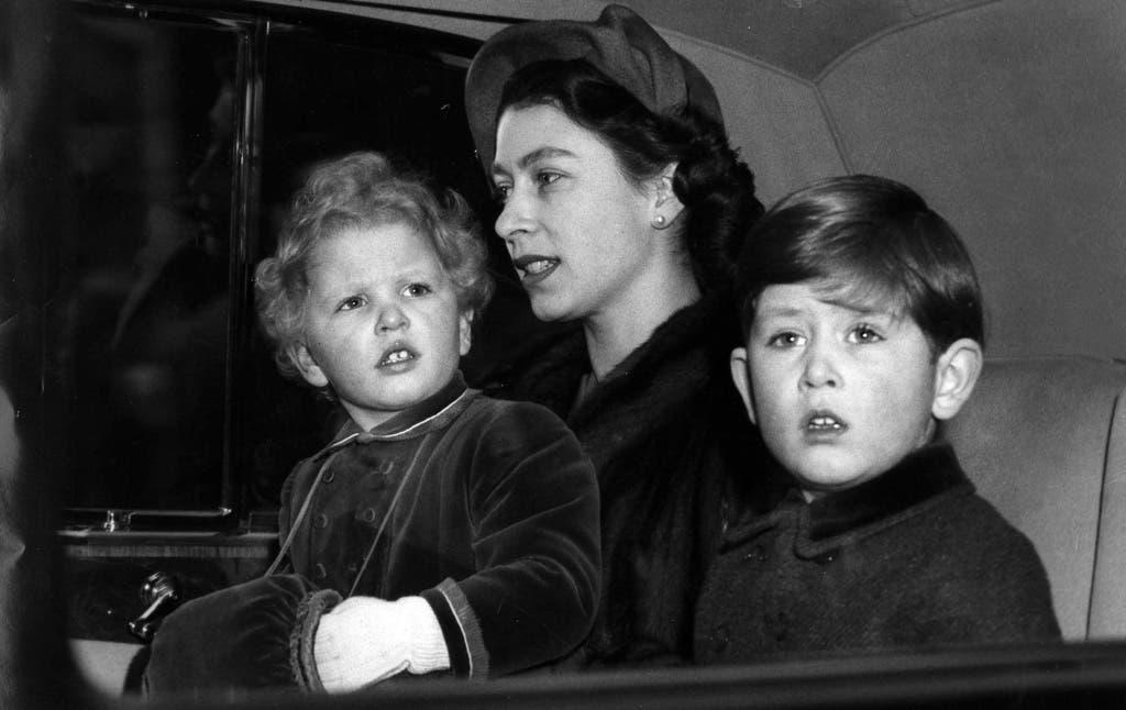 Queen Elizabeth II mit ihren zwei Kindern. Prinzessin Anne, links, und Prinz Charles im Jahr 1953. (Bild: KEYSTONE)