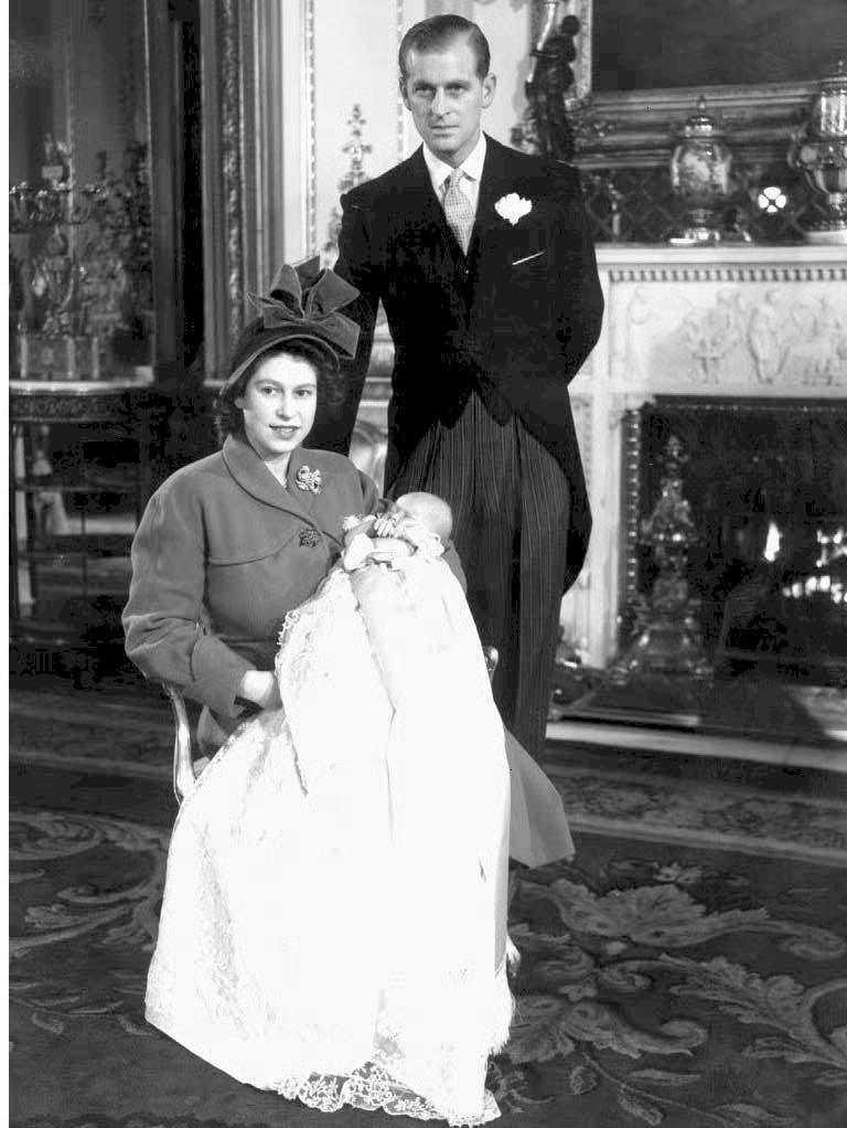 Elizabeth, noch als Prinzessin, kurz nach Charles' Geburt 1948. (Bild: Keystone)