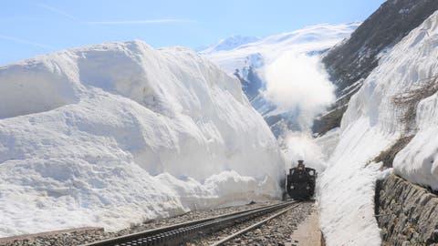 Ein Grossteil der Strecke der Dampfbahn Furka-Bergstrecke ist vom Schnee befreit. Entlang der Geleise türmt sich der Schnee aber noch meterhoch. (Bild: Urs Züllig)