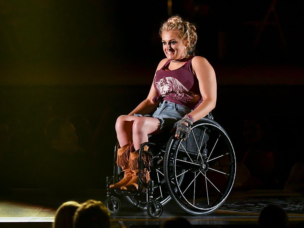 Erstmals ist bei der Tony-Verleihung eine Trophäe an eine Schauspielerin gegangen, die auf einen Rollstuhl angewiesen ist: Ali Stroker spielt als Nebendarstellerin in der Neuauflage von «Oklahoma!». (Bild: KEYSTONE/AP Invision/CHARLES SYKES)