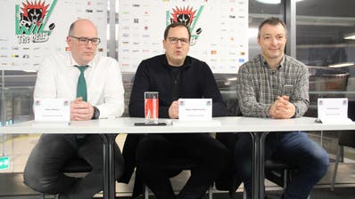 Präsident Roger Dietschweiler (Mitte) und Marketingchef Daniel Knecht (rechts) übernahmen Ende Januar die Führung des EC Wil. Peter Wittwer (links) blieb dem Vorstand als Aktuar erhalten. (Bild: Tim Frei)